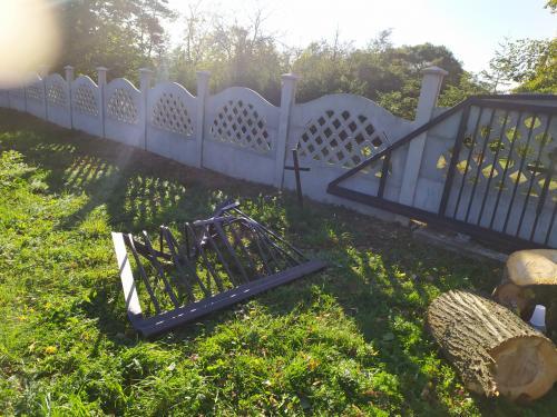 Spadnutá lipa v cintoríne po silnom vetre 30.9.2019
